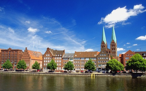Gebäude am Ufer der Trave in Lübeck, Deutschland